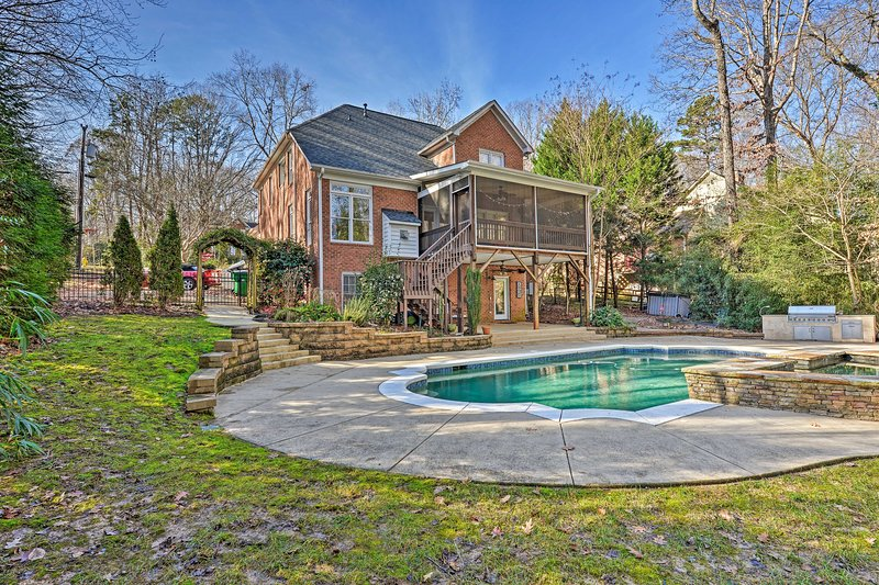 NEW! Pet-Friendly 'Queen City' Home w/Pool & BBQ!, holiday rental in Matthews