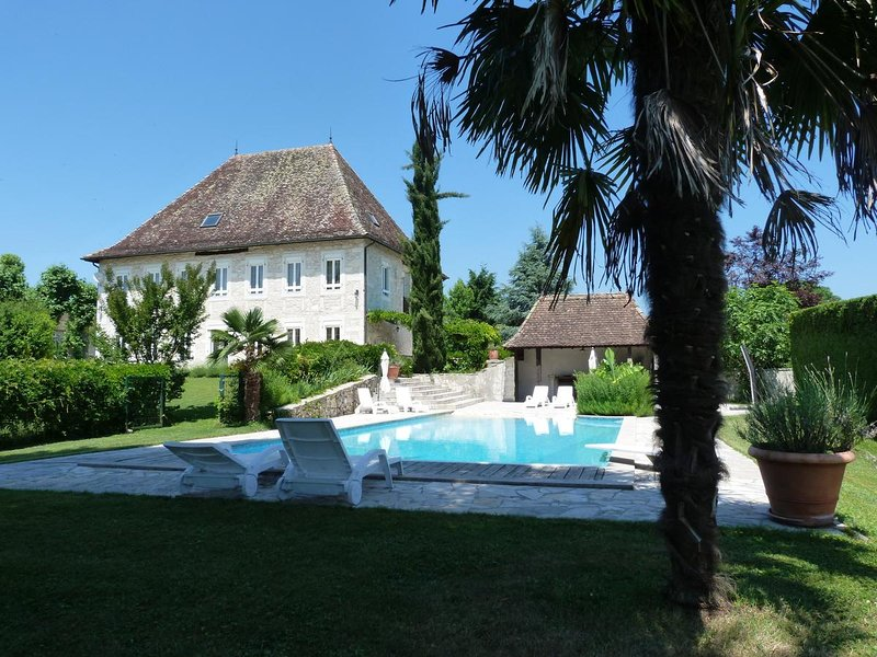 Big mansion with swimming-pool, location de vacances à Belley