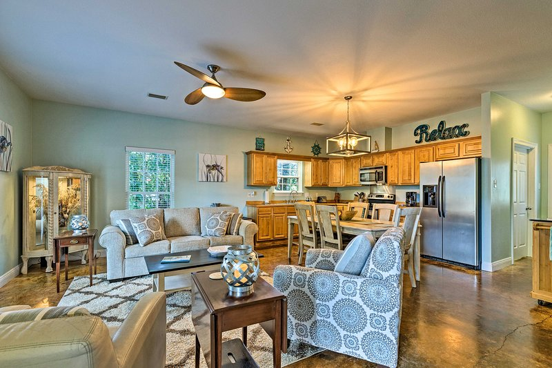 Charming Coastal Cottage Walk to Beach & Downtown!, holiday rental in D'Iberville