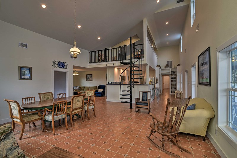 NEW! Galveston/Kemah Area Home, Swim+Fish w/Family, holiday rental in Bacliff