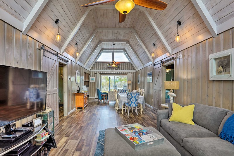 Canalfront Cottage: Kayaks by Pier in Cherry Grove, holiday rental in Little River