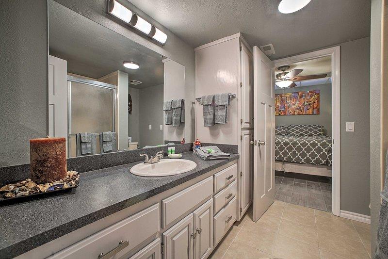 Il bagno Jack-and-Jill offre molto spazio per riporre tutti i tuoi articoli da toeletta.