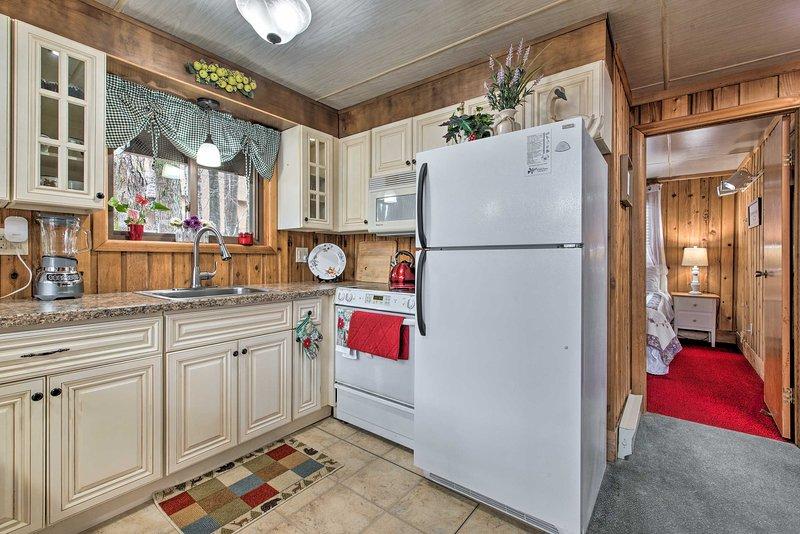 A cozinha está totalmente equipada com todos os seus itens essenciais de culinária.