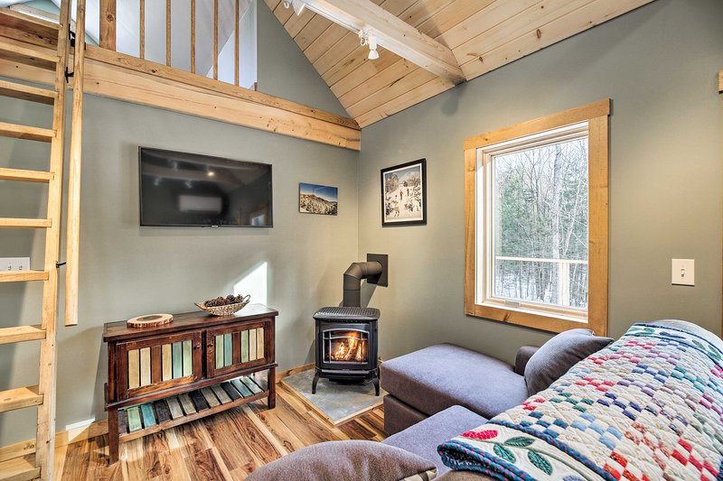 Newly Built Cabin w/ Hot Tub - 16 Mi to Stowe Mtn!, holiday rental in Wolcott