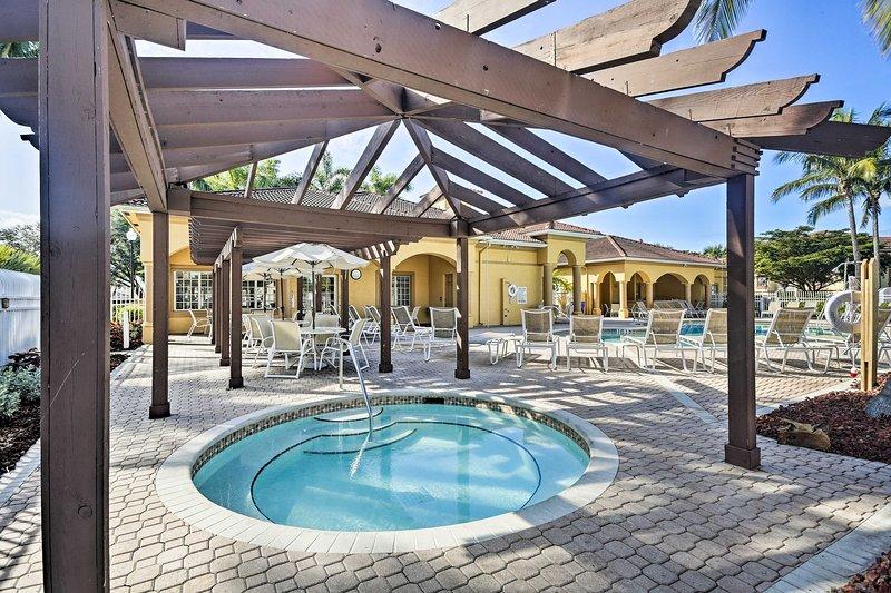NEW! Fort Myers Condo w/Pool Access 4 Mi to Beach, location de vacances à Iona