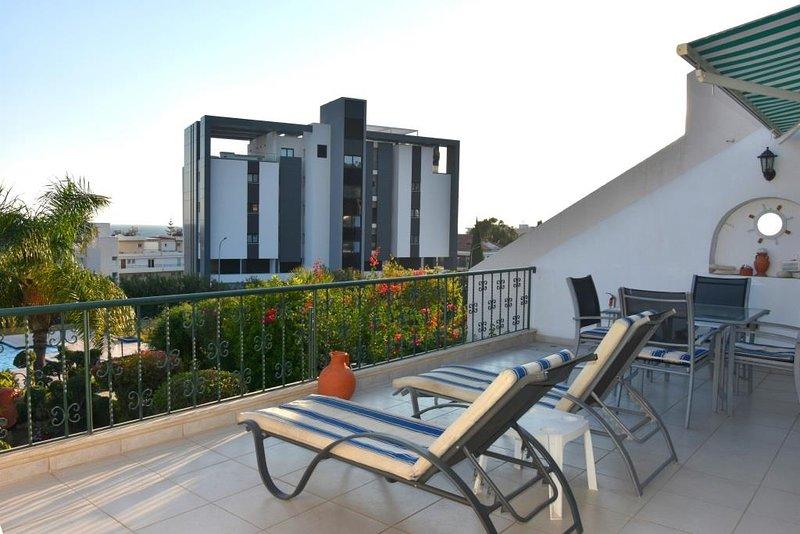 ... Ahora solo relájate en el amplio balcón abierto. Sur, mar y puerto deportivo a más de 450 metros.