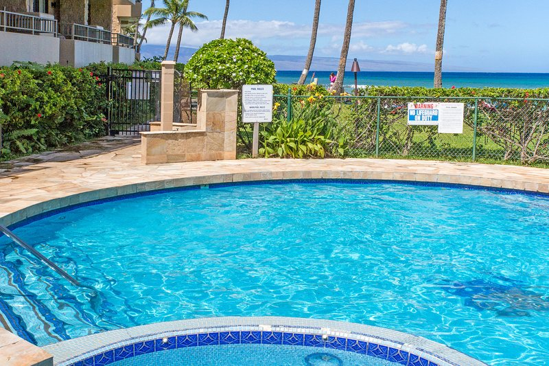 Garden view condo in an oceanfront complex w/shared pool & hot tub!, holiday rental in Lahaina