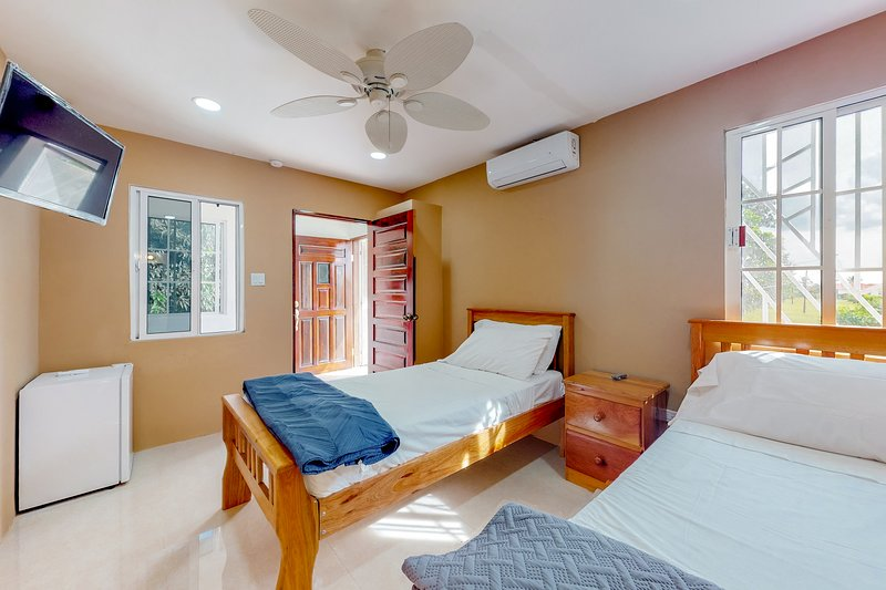 Studio w/ WiFi, partial AC & shared tennis - off the highway for easy mobility!, vakantiewoning in Dangriga