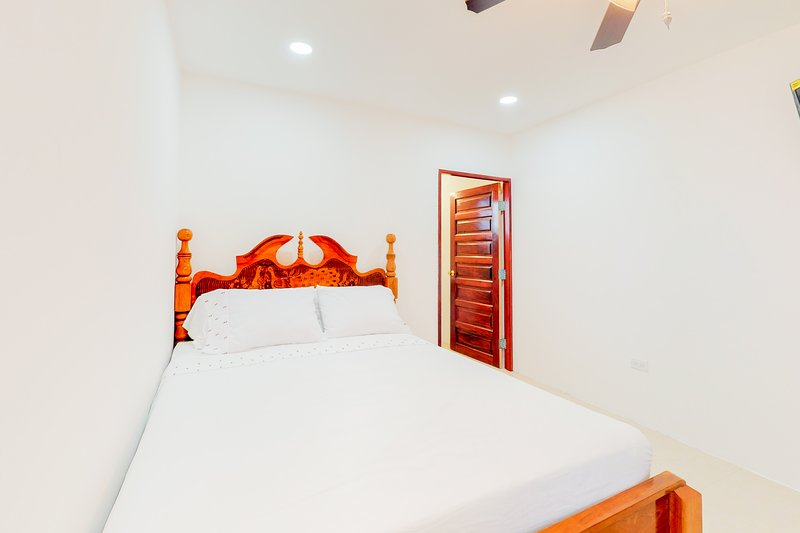 Romantic studio in a gated area with partial AC, WiFi & shared tennis court!, vakantiewoning in Dangriga
