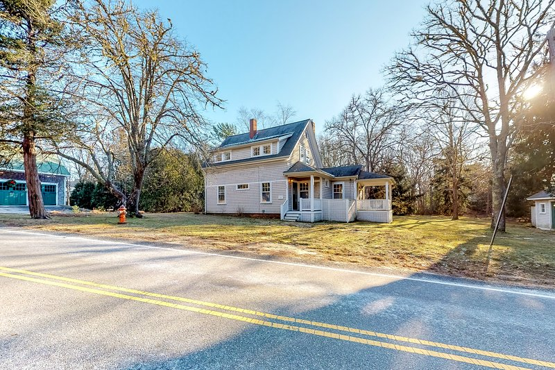 Historic dog friendly Cotuit home with huge backyard, close to the beach!, casa vacanza a Cotuit