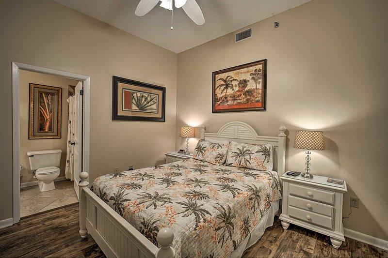 La deuxième chambre abrite un lit queen et une salle de bain attenante.