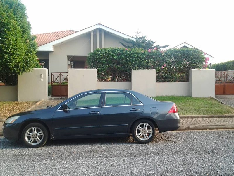 FREE CAR and DRIVER ★ Sleeps 4 ★ 10 min to Airport ★ Gated Community, holiday rental in Achimota