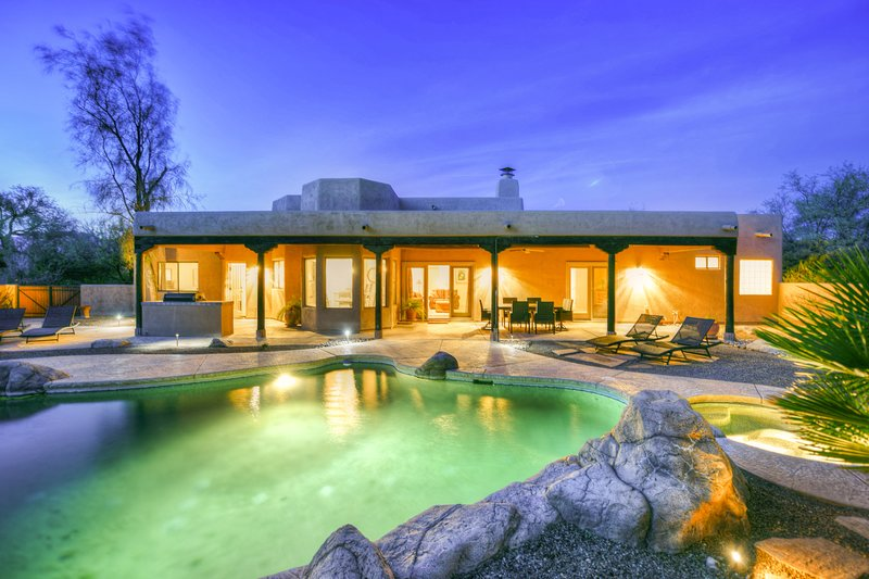Spacious, dog-friendly home w/ enclosed yard, private pool, and hot tub!, holiday rental in Catalina Foothills