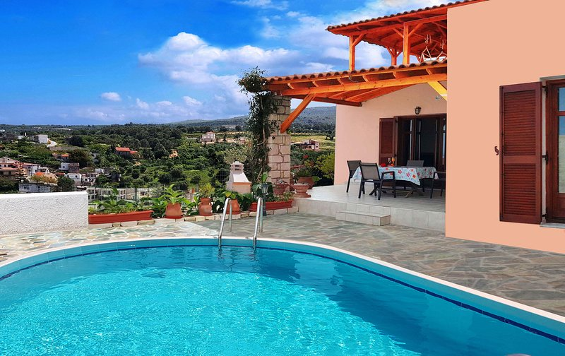 Stunning Sea & Mountain Views, Pool and Hammocks on Roof Terrace plus Kids Area, location de vacances à Maroulas