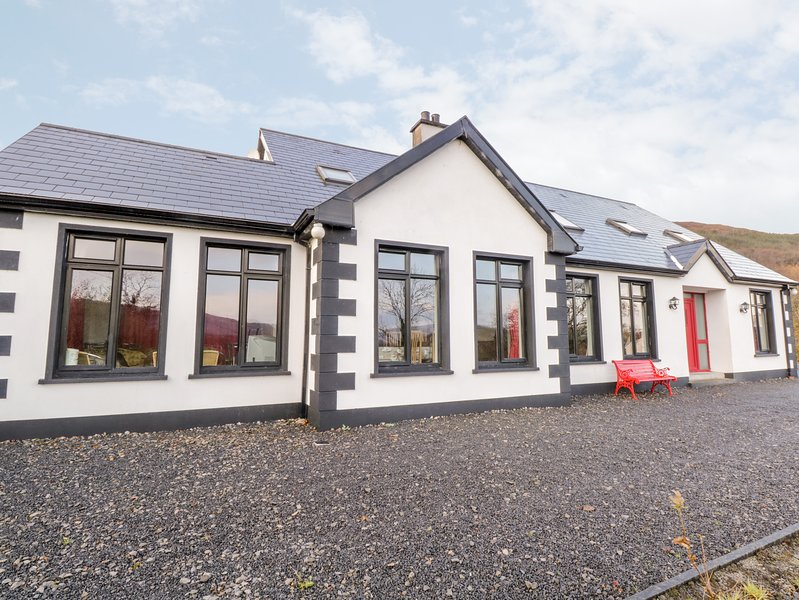 CLOONAQUINN, large cottage, ground floor bedroom, en-suite facilities, near, holiday rental in County Leitrim