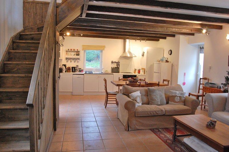 la espaciosa sala de estar con escalera robusta