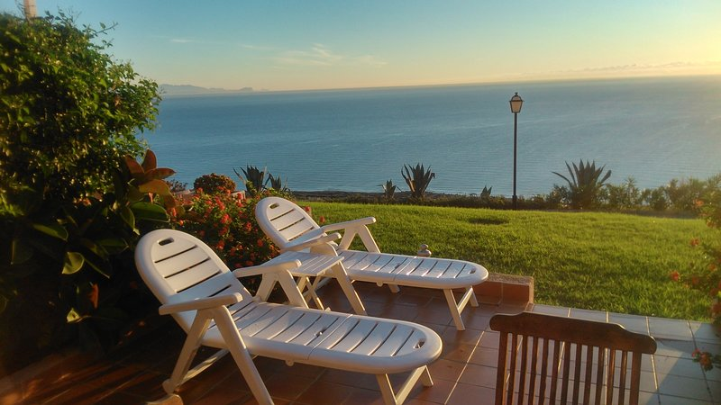 HOUSE OF SUN AND SEA / AMAZING VIEWS OF 180º OVER THE SEA, holiday rental in Monte Faro