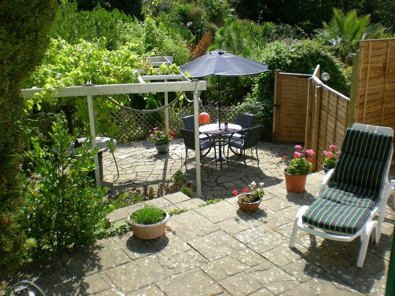 El jardín privado es una trampa solar para los bañistas y es glorioso para cenar al aire libre.