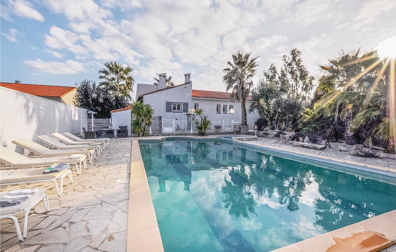 Nice home in Baixas with WiFi, Outdoor swimming pool and 4 Bedrooms (FLP157), location de vacances à Latour-de-France