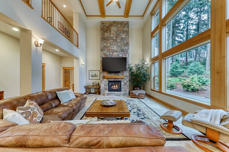 Luxurious home with lots of entertainment & more - dogs okay!, vacation rental in Eugene