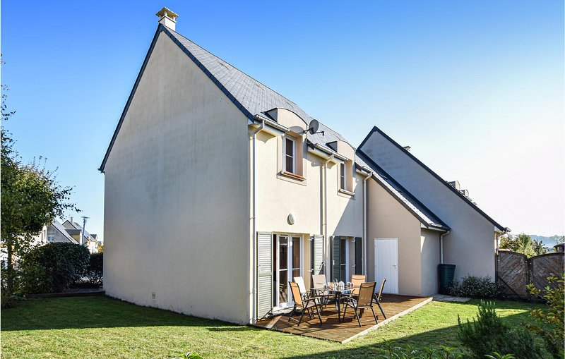 Beautiful home in Port-en-Bessin with WiFi and 4 Bedrooms (FNC065), holiday rental in Colleville-sur-Mer