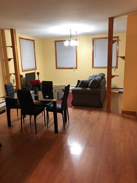 Entire 2 Bedroom Apartment W/Balcony mins from Liberty State Park & Cruise Port, Ferienwohnung in Elizabeth