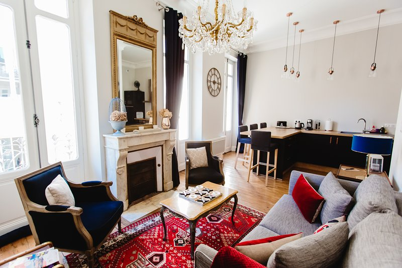 El elegante y confortable salón es un excelente lugar para relajarse después de un día disfrutando de las vistas.