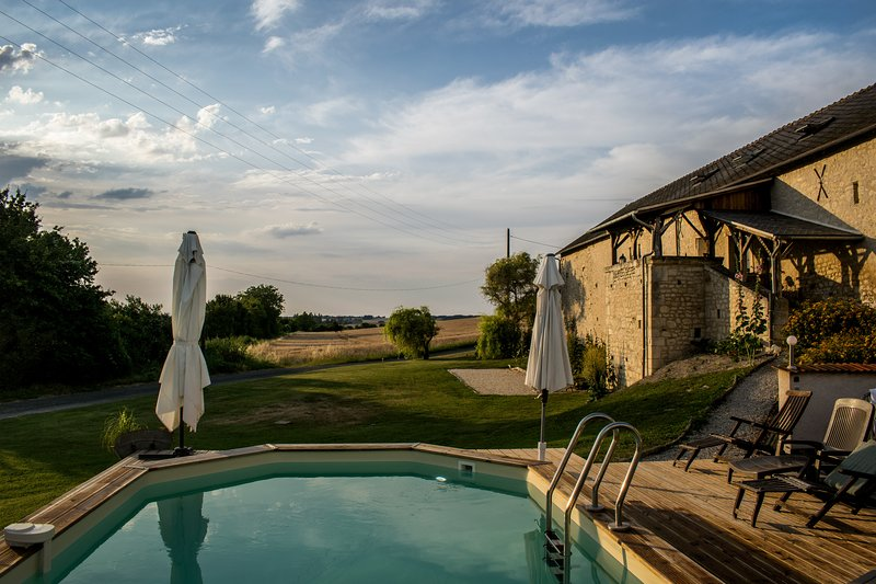 La Roche d'Enchaille Luxury accommodation with heated pool &hot tub in the Loire, alquiler vacacional en Vou