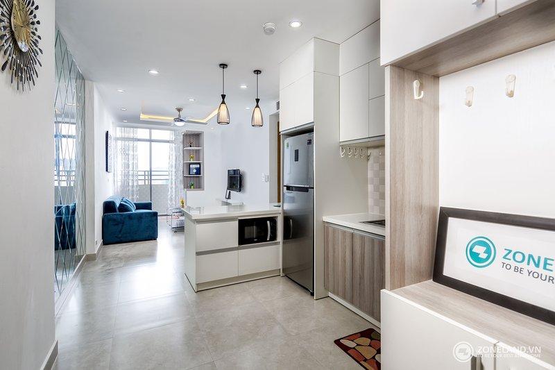 Uma cozinha moderna com utensílios agradáveis. Microondas, panelas de arroz e chaleira disponíveis