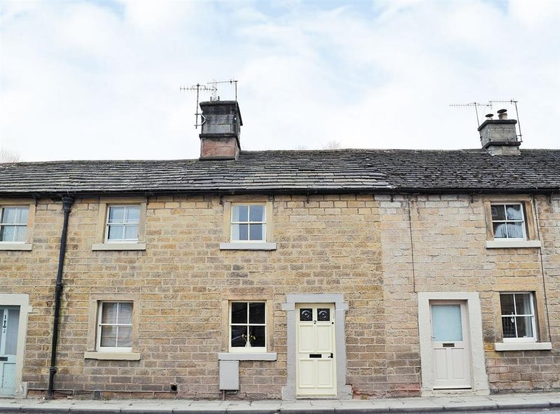 2 Victoria Cottages - Cosy Grade ll Listed Cottage in Bakewell, holiday rental in Great Longstone
