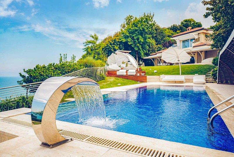 Luxury villa with SPA & Sauna, Sea & Coastal views, vakantiewoning in Ancona