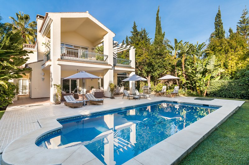 Secluded Beachside Family Villa on New Golden Mile, Ferienwohnung in Estepona