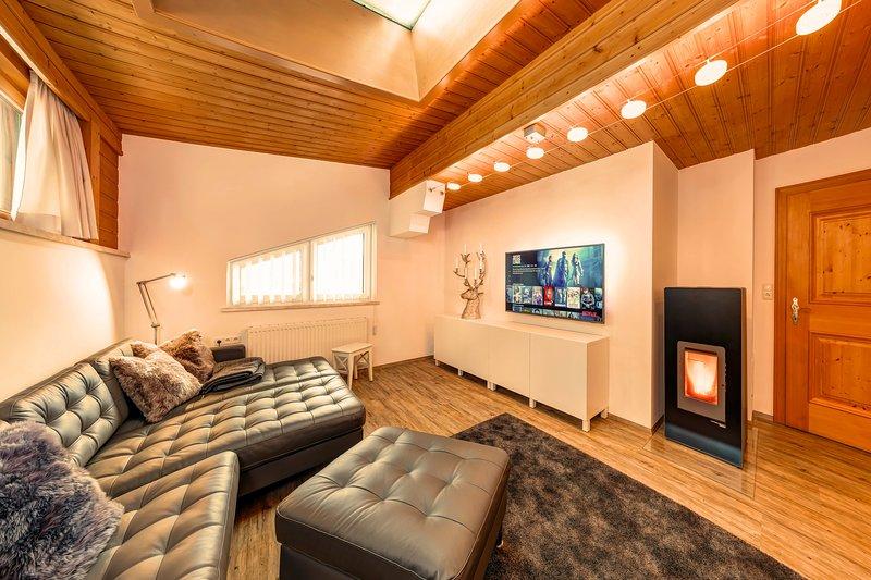 """Salon avec canapé 55 """"TV satellite avec Netflix, poêle à granulés et fenêtre de toit"""