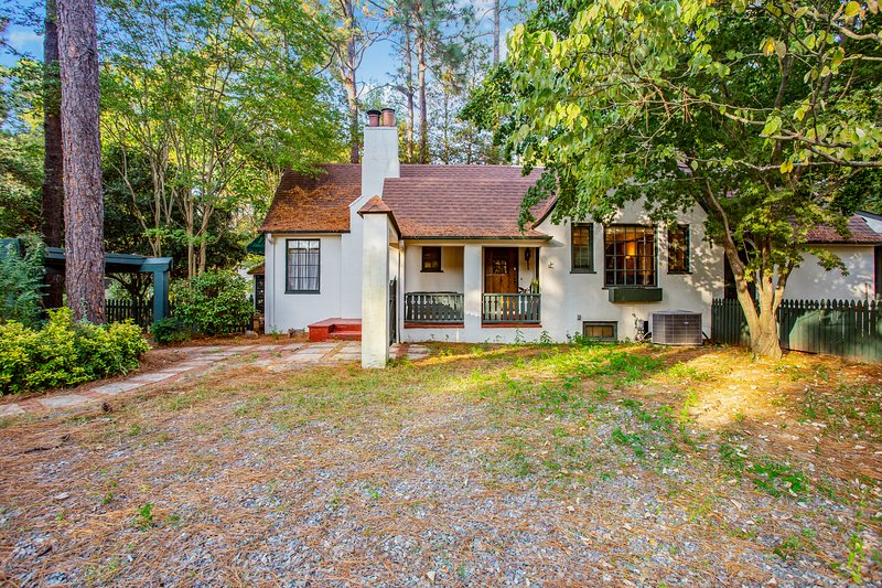 The Tudor Cottage, casa vacanza a Southern Pines