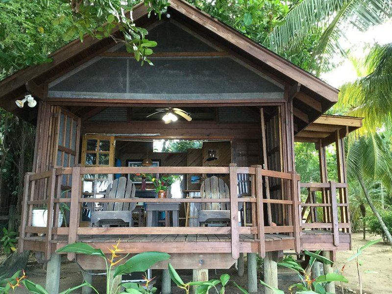 The Cabana Beach Front Studio Cottage on 6 Acre Gated Property, Ferienwohnung in Sandy Bay