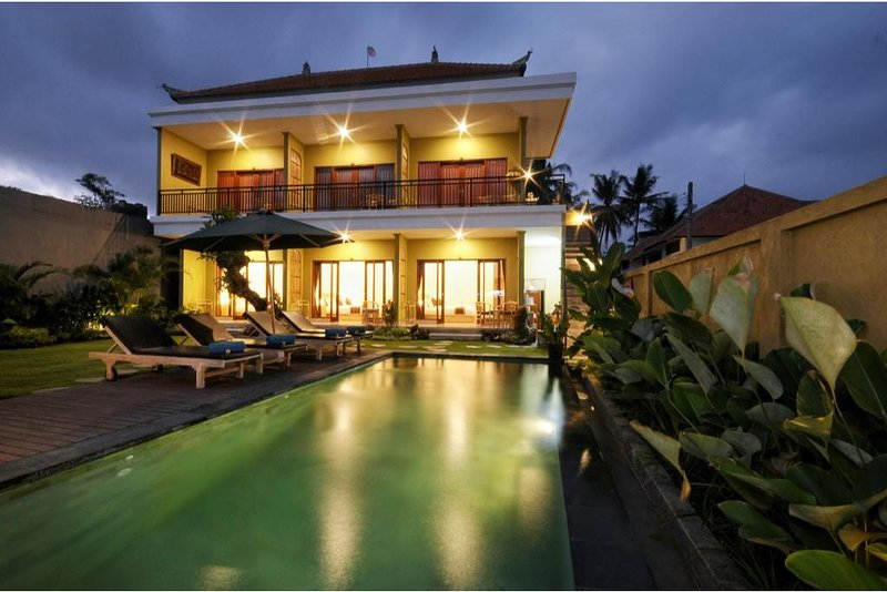 6 BR Luxury Villa with Private Pool and Breakfast+Garden View, holiday rental in Buruan