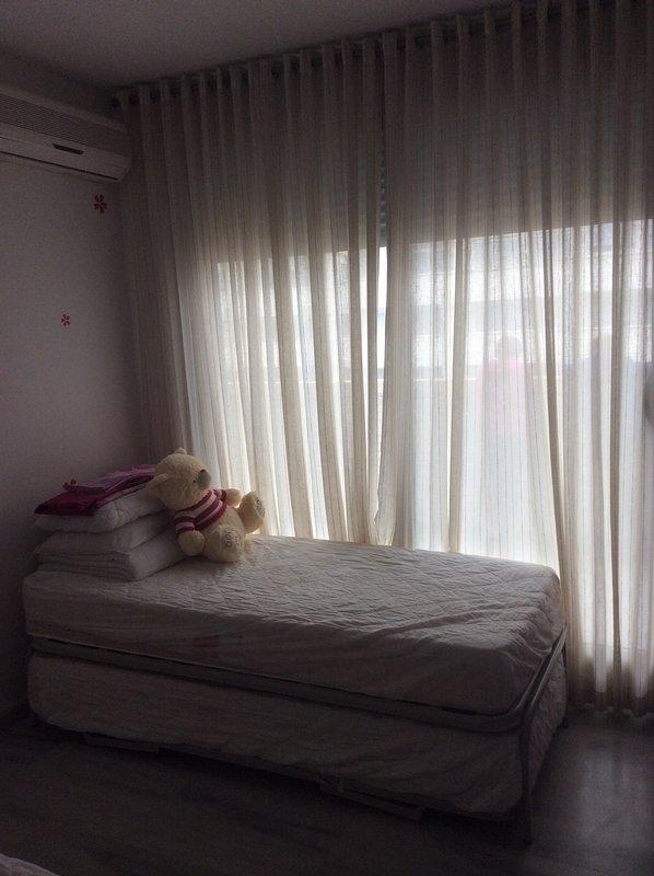 Slaapkamer met drie eenpersoonsbedden