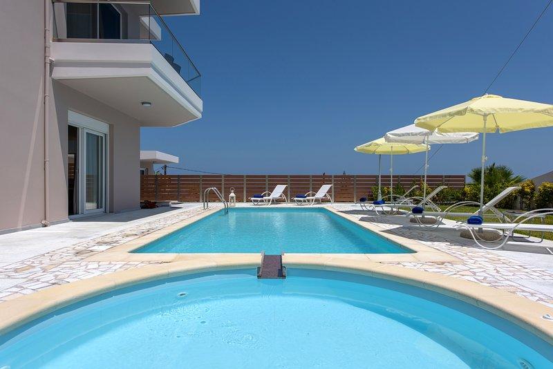 Luxury,modern.sea view,pool, location de vacances à Stalos