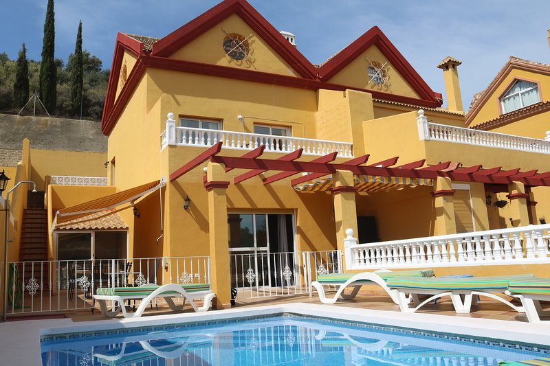 3 Mins to Beach, Restaurants,Bars. car not required, holiday rental in Benalmadena