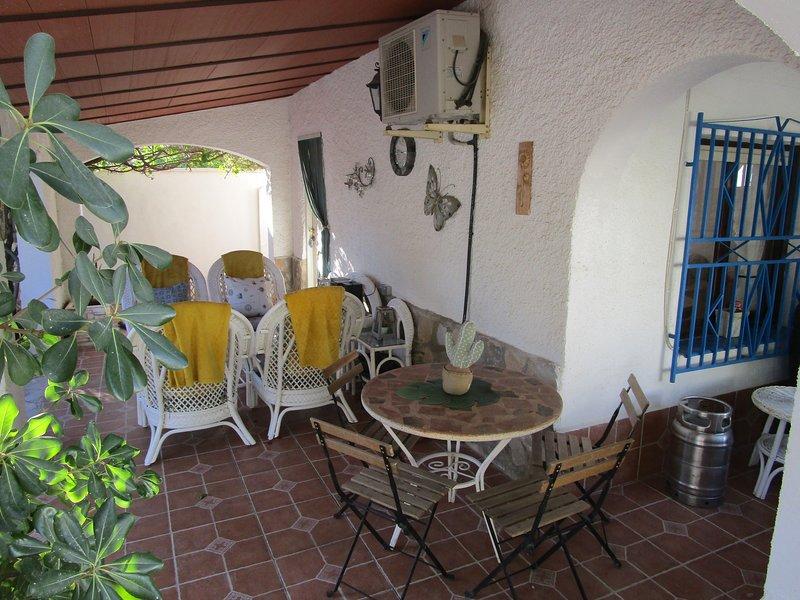 Utomhusterrass med bekväma korgstolar, stereo, perfekt för avkylning efter solbad