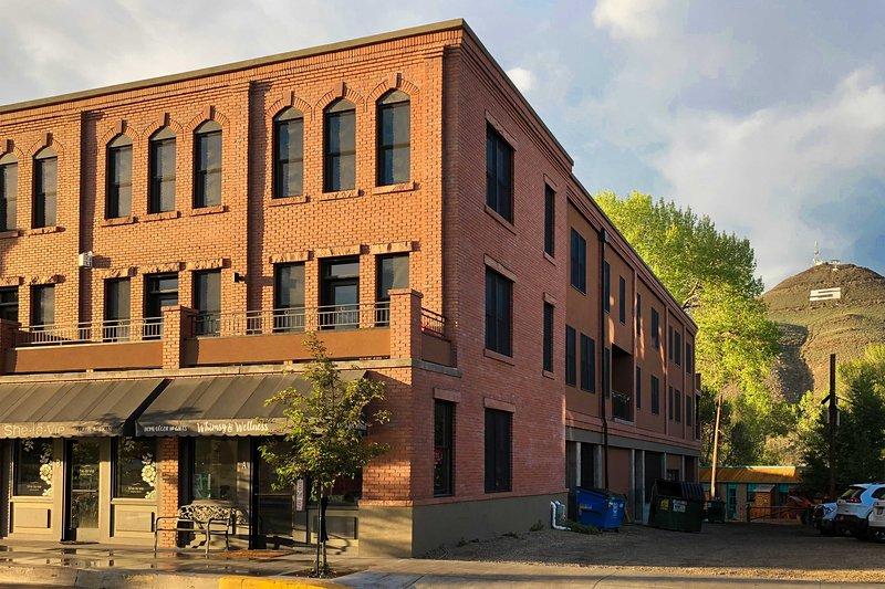 NEW! Downtown Salida Condo w/Deck, Steps to River!, aluguéis de temporada em Howard
