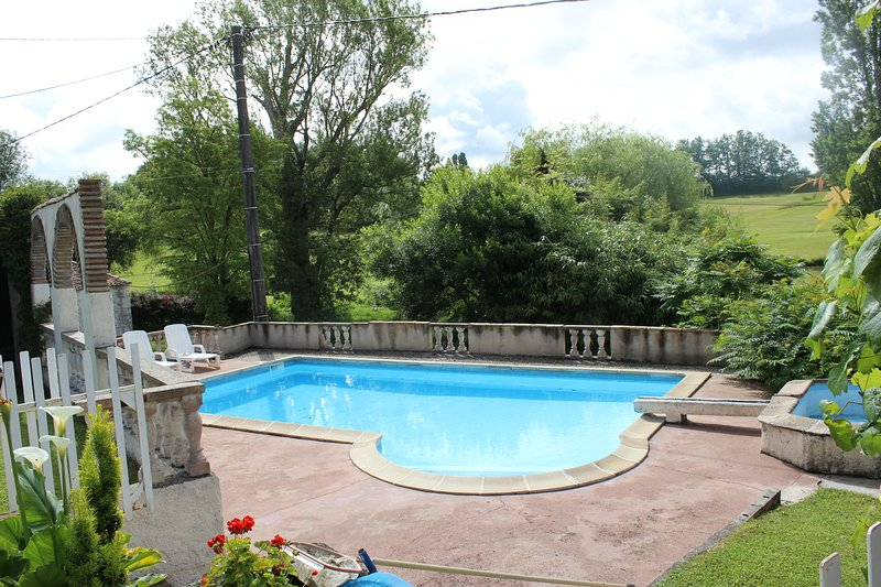 Stone Cottage with private pool, golf and fishing, vacation rental in Saussignac