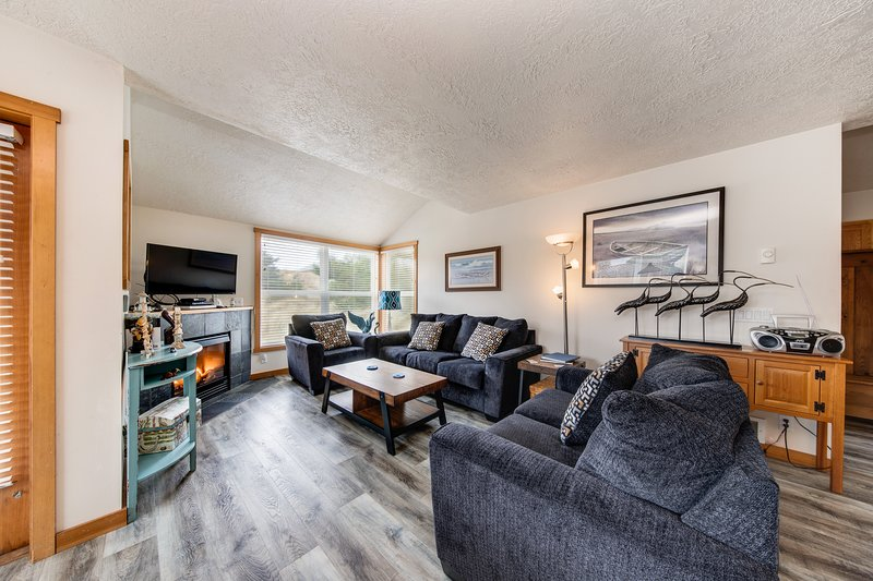 Steps to the beach! Family-friendly home w/ fireplace, grill, Ping-Pong & bikes!, vacation rental in Cloverdale