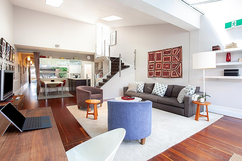 Striking open plan home in quiet inner-city area, holiday rental in Stanmore