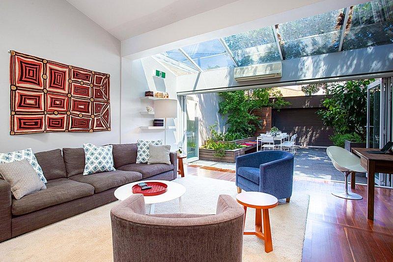 Striking open plan home in quiet inner-city area, location de vacances à Drummoyne