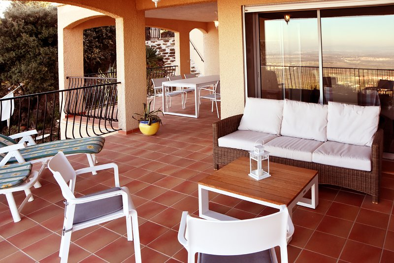 Terrasse with Lounge group, 2 sun loungers and Table with 6 chairs with view over Roussillon plain.