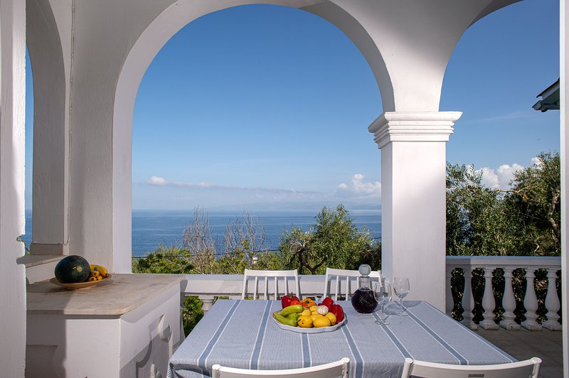 Paxosblue. Selene, Sea View apartment with private garden., location de vacances à Gaios