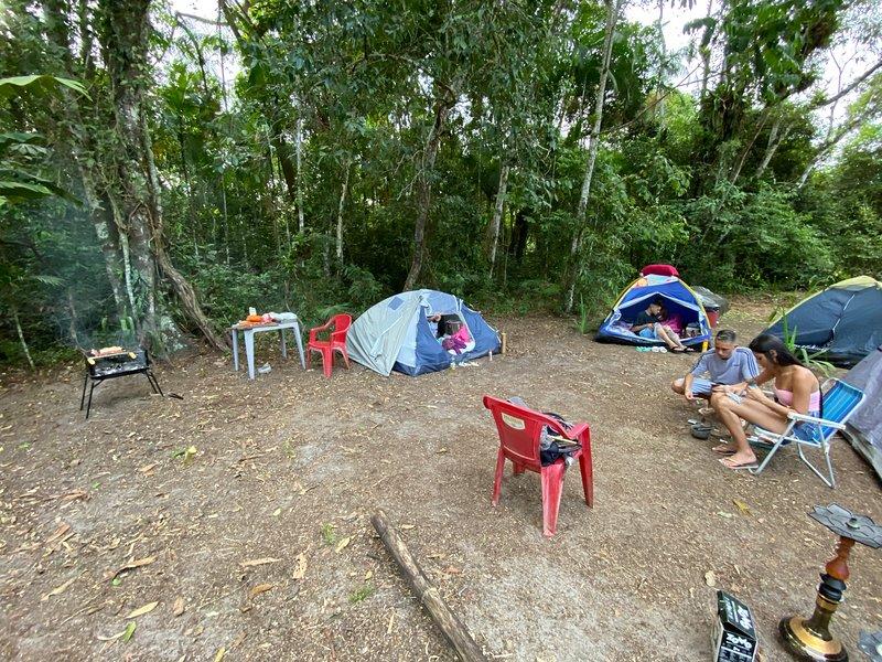 Área reservada para 04 campistas, espaço para 02 barracas e vaga para 01 carro, location de vacances à Maranduba