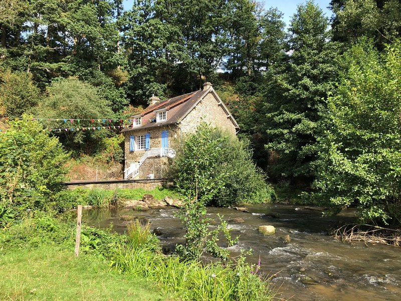 4 person riverside cottage on the Normandy/Brittany border close Mont St Michel, location de vacances à Saint-Martin-de-Landelles