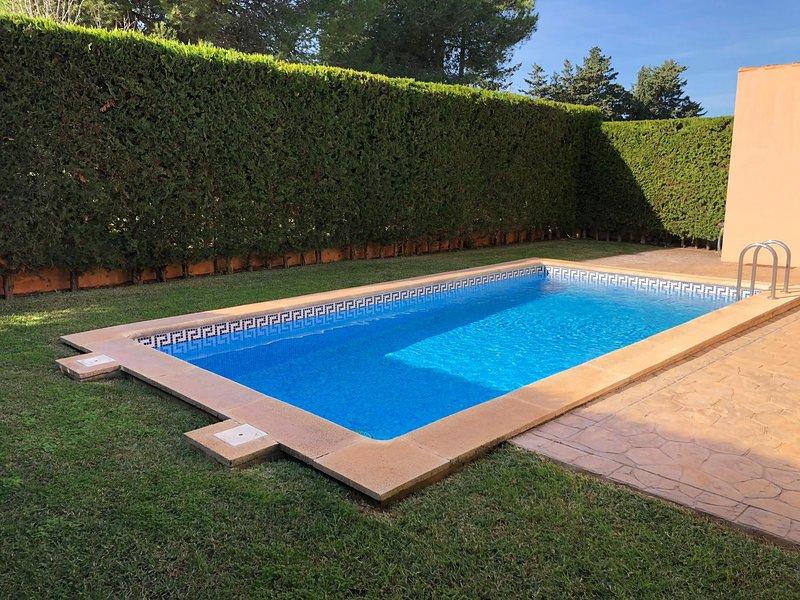 Precioso adosado con piscina a 5 minutos a pie de la playa. Ideal famílias., vacation rental in Cala Mandia